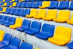 Reihe der Plastiksitze Stockfoto
