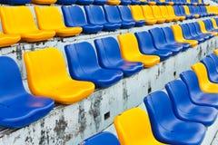 Reihe der Plastiksitze lizenzfreie stockfotos