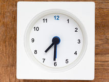 Reihe der Reihenfolge der Zeit auf der einfachen weißen analogen Uhr Stockbilder