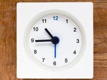 Reihe der Reihenfolge der Zeit auf der einfachen weißen analogen Uhr Lizenzfreie Stockbilder