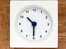 Reihe der Reihenfolge der Zeit auf der einfachen weißen analogen Uhr Lizenzfreie Stockfotos