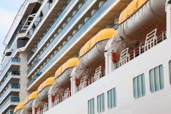 Reihe der Rettungsboote installiert auf Zwischenlagevorstand Lizenzfreie Stockfotos