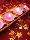 Reihe der rosafarbenen Kerzen mit Sternen Stockfoto