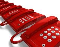 Reihe der roten Bürotelefone Stockfotos