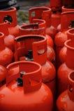 Reihe der roten Gaskanister Lizenzfreie Stockfotos
