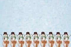 Reihe der Schneemänner Stockfotos