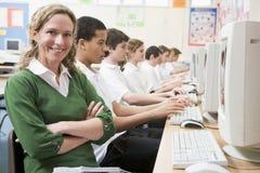 Reihe der Schulkinder, die auf Computern studieren lizenzfreie stockbilder