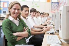 Reihe der Schulkinder, die auf Computern studieren stockfotografie
