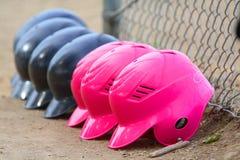 Reihe der Softball-Sturzhelme der Mädchen Lizenzfreie Stockfotos
