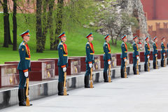 Reihe der Soldaten am Legen von Wreaths Lizenzfreies Stockbild