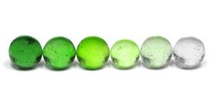 Reihe der Spielzeug-grünen Glasmarmore Lizenzfreie Stockfotos
