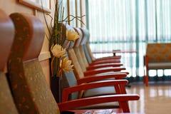 Reihe der Stühle in einem Warteraum Stockfotos