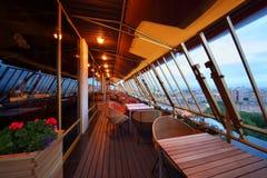 Reihe der Stühle und der Tabellen an der Terrasse Lizenzfreies Stockbild