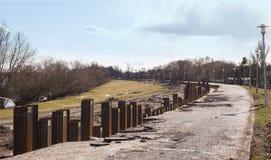 Reihe der Stahlsäule schlagend im Boden lizenzfreie stockfotografie
