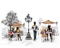 Reihe der Straßen mit Leuten in der alten Stadt, Straßenmusiker mit einem Akkordeon Stockfoto