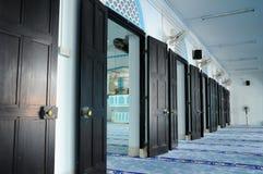 Reihe der Tür innerhalb Masjid Jamek Dato Bentara Luar in Batu Pahat, Johor, Malaysia Lizenzfreie Stockbilder