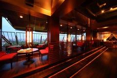 Reihe der Tabellen und der Sitze in der leeren gemütlichen Gaststätte Stockbilder