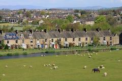 Reihe der terassenförmig angelegten Steinhäuser durch Kanal, Lancaster stockfotos