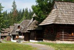 Reihe der traditionellen Bauholz-Häuser mit hölzernem Dach Stockfotos