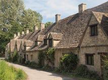 Reihe der traditionellen englischen Häuschen Lizenzfreie Stockfotos