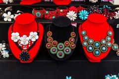 Reihe der Türkis- und Perlenperlenhalskette. Lizenzfreies Stockfoto