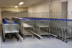 Reihe der Warenkörbe im Supermarkt Lizenzfreies Stockbild