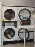 Reihe der Waschmaschine der Wäscherei stockfoto