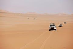 Reihe der weißen Autos in der Wüste Lizenzfreies Stockfoto