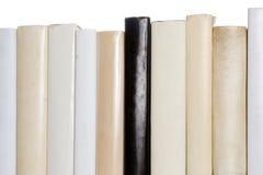 Reihe der weißen Bücher mit einem schwarzen Buch lizenzfreies stockfoto