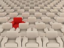 Reihe der weißen Lehnsessel und eines Rotes. Stockfoto