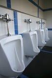 Weiße Urinationstoiletten lizenzfreies stockfoto