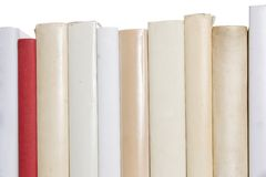 Reihe der weißen Bücher mit einem roten Buch Stockfotos