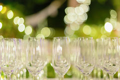 Reihe der Weingläser stockfotografie