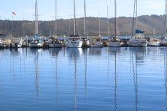 Reihe der Yachten am Hafen Stockfoto