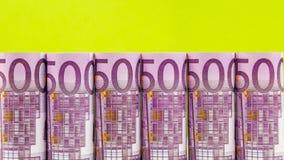 Reihe des Euros 500 auf grünem Hintergrund Stockbilder