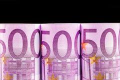 Reihe des Euros 500 auf schwarzem Hintergrund Lizenzfreie Stockfotos