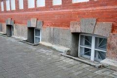Reihe des Fensters des Kellers Stockfotografie