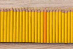 Reihe des gelben und orange Bleistifts Lizenzfreie Stockfotos