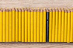 Reihe des gelben und schwarzen Bleistifts Stockfotos