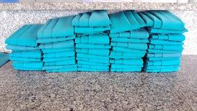 Reihe des grünen Naperystoffes vereinbarte auf der Marmortabelle Lizenzfreie Stockfotografie