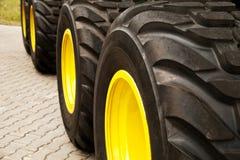 Reihe des großen gelben LKWs dreht Hintergrund Lizenzfreies Stockfoto