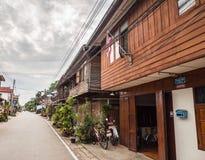 Reihe des hölzernen Weinlesehauses in Chiang Khan, Loei, Thailand Lizenzfreies Stockbild