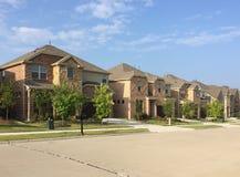 Reihe des Hauses mit zwei Böden in der freundlichen Gemeinschaft stockfotos
