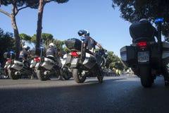 Reihe des italienischen Polizisten im Motorrad (städtische Polizei) Stockfotografie
