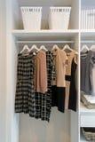 Reihe des Kleides hängend am Kleiderbügel Lizenzfreie Stockfotos