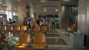 Reihe des Leutewartec$verschalens am Flughafen Saloniki, Griechenland stock video