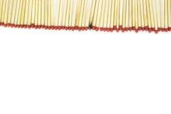Reihe des Matches mit einem brannte Match auf weißem Hintergrund Lizenzfreies Stockbild