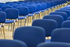 Reihe des modernen Stuhl-Schlangestehens im leeren Auditorium lizenzfreies stockfoto