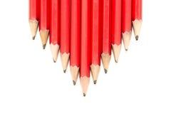 Reihe der roten Bleistifte in einer Pfeil-Form Lizenzfreie Stockbilder