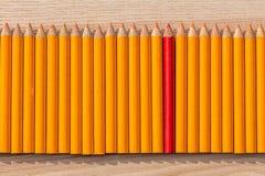 Reihe des orange und roten Bleistifts Lizenzfreie Stockbilder